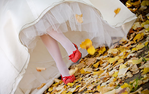 poze-dupa-nunta-arad-pantofi-rosii-toamna-rochie-mireasa
